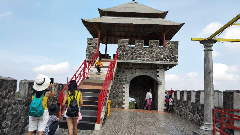 Menara pandang : paling tinggi, di sini wisatawan kea rah selatan bisa menikmati Kota Jogja dari ketinggian dan ke utara menikmati pesona Gunung Merapi