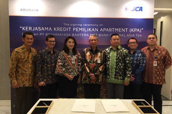 Jajaran direksi PT Brahmayasa Bahtera (Astra Property) dan Bank BCA berfoto bersama usai penandatanganan kerja sama penyaluran kredit pemilikan apartemen untukproyek Brahmayasa di Jakarta, Selasa (24/7/2018). (Foto: Dok. PT Brahmayasa Bahtera)