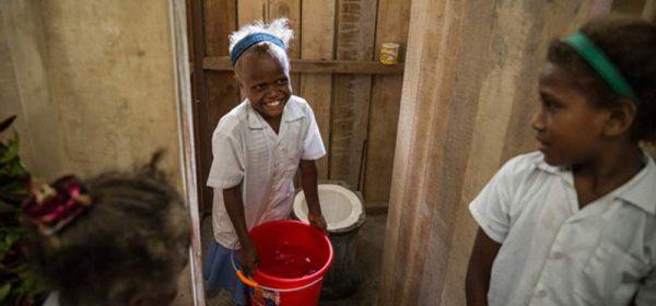 Anak-anak di Kepulauan Solomon belajar menyiram toilet di sekolahnya (foto: dok. Lixil Group)
