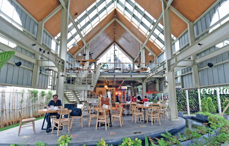 Bangunan dirancang terbuka dengan pencahayaan alami dan tanpa pendingin udara