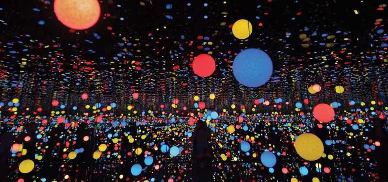 Infinity Mirrored Room, karya seniman Jepang Yayoi Kusama berupa ruang kubus yang gelap berisi lampion warna warni yang saling berpantulan pada cermin dan air disekelilingnya