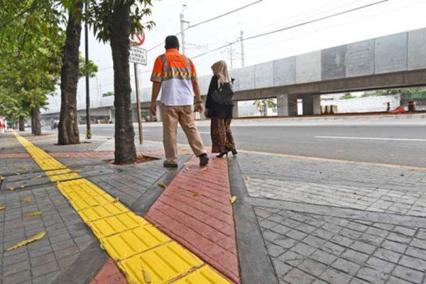 Penataan jalur pedestrian di koridor Jl Sisingamangaraja, Jakarta Selatan, menggunakan inovasi material beton dekoratif Holcim DekoCrete (foto : HousingEstate/Susilo Waluyo)