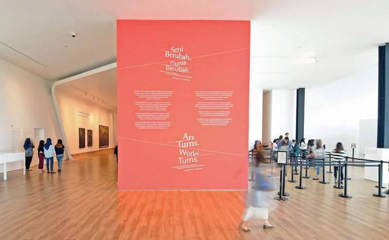 Museum didesain kontemporer dengan sudut lantai yang melengkung solah menyatu dengan plafond an lantai ditutup parket