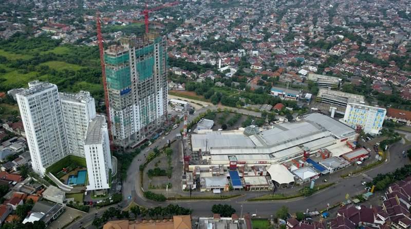Beberapa menara apartemen Bintaro Plaza Residences di kota baru Bintaro Jaya, Pondok Aren, Tangerang Selatan (Banten), yang sudah serah terima dan dihuni dan yang dalam proses pembangunan (foto: dok JRP).