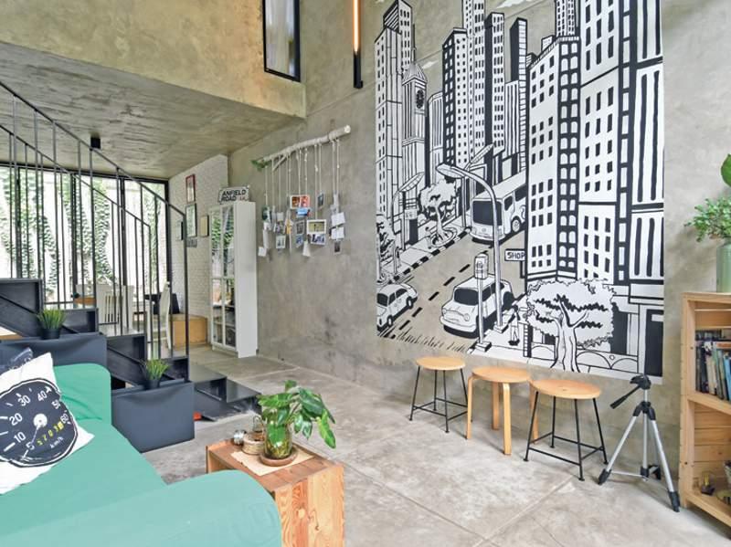 Area ruang tamu dengan plafon tinggi dan terbuka ke ruang-ruang publik lain