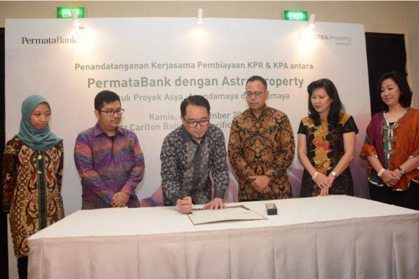 Direktur PT Astra Land Indonesia Chuang Say Piau (ketiga dari kiri) dan Direktur Utama PermataBank Ridha DM Wirakusumah (ketiga dari kanan), didampingi pejabat dari kedua perseroan, menandatangani kerja sama pembiayaan pemilikan rumah dan apartemen yang dikembangkan Astra Land di Jakarta, Kamis (6/9/2018). (Foto: dok Astra Land)