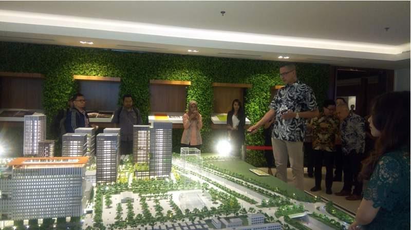 Achmad Umar (tengah berbaju batik black and white), Presiden Direktur PT Bhumyamca Sekawan, pengembang proyek properti terpadu Cibis Business Park (12 ha) di Jalan TB Simatupang, Cilandak, Jakarta Selatan, sedang memaparkan rencana pengembangan proyeknya kepada wartawan di Jakarta, Rabu (5/9/2018).