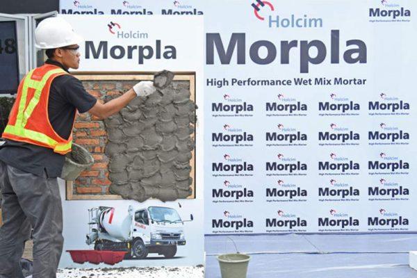 Demo aplikasi mortar basah siap pakai Holcim Morpla untuk plesteran dinding bata merah (foto: HousingEstate/Susilo Waluyo)