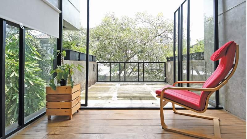 Suasana interaktif antara rumah dan alam sekitar melalui bukaan kaca lebar dan roof garden