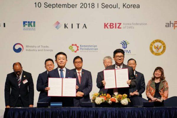 Chairman Vasanta Group Tri Ramadi (kanan) menandatangani kontrak kerja sama di Korea, Senin (10/9/2018), bersamaan dengan kunjungan Presiden Jokowi ke negara itu (foto: dok. Vasanta Innopark)